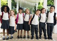 Grupa różnorodni dziecinów ucznie stoi wpólnie w scho fotografia stock