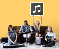 Grupa różnorodni ludzie bawić się muzykę zdjęcie royalty free