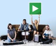 Grupa różnorodni ludzie bawić się muzykę obrazy royalty free