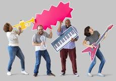 Grupa różnorodni ludzie cieszy się muzycznych instrumenty zdjęcie stock
