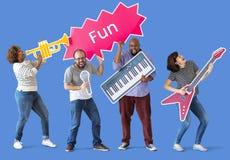 Grupa różnorodni ludzie cieszy się muzycznych instrumenty fotografia royalty free