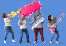 Grupa różnorodni ludzie cieszy się muzycznych instrumenty zdjęcia royalty free