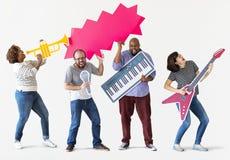 Grupa różnorodni ludzie cieszy się muzycznych instrumenty obraz royalty free