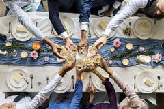 Grupa Różnorodni ludzie Clinking win szkła Congratul Wpólnie Zdjęcia Stock