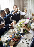 Grupa Różnorodni ludzie Clinking win szkła Wpólnie Fotografia Stock