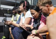 Grupa Różnorodni ludzie Używa Cyfrowych przyrząda obraz royalty free
