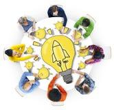Grupa Różnorodni ludzie z żarówka symbolem Fotografia Royalty Free