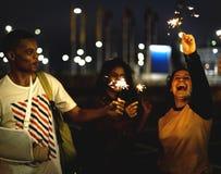 Grupa różnorodni nastolatkowie cieszy się sparklers obrazy stock