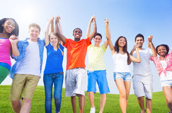 Grupa Różnorodni Rozochoceni młodzi ludzie zdjęcia royalty free