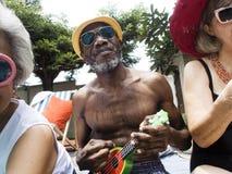 Grupa różnorodni starsi dorosli siedzi basenem cieszy się summ zdjęcia royalty free