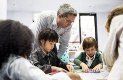 Grupa różnorodni ucznie przy daycare obrazy royalty free