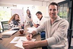 Grupa różnorodność biznesmeni pracuje wpólnie brainstorming wewnątrz fotografia royalty free