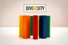 Grupa, różnorodność, okrąg przyjaciele, zlany pojęcie drewniana blokowa okrąg forma na białym tle obrazy royalty free
