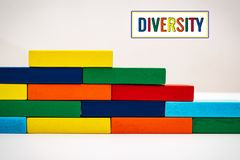 Grupa, różnorodność, zlany pojęcie drewniana blokowa sterta na białym tle zdjęcia stock