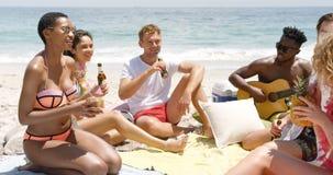 Grupa rasa przyjaciele oddziała wzajemnie z each inny na plaży 4k zbiory