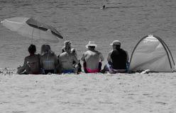 Grupa relaksuje na plaży Zdjęcie Stock