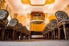 Grupa roczników krzeseł drewniani stojaki w kilka rzędach w wielkim starym pokoju z luksusowym wnętrzem pusty audytorium w zdjęcie royalty free