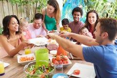 Grupa rodziny Cieszy się Plenerowego posiłek W Domu obrazy royalty free