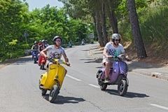 Grupa rowerzy?ci jedzie rocznika w?ocha hulajnoga zdjęcie royalty free