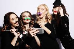 Grupa roześmiane dziewczyny ma przyjęcia, wp8lywy selfie z smartphone luz zdjęcie stock