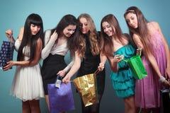Grupa rozochocona dziewczyna z zakupami. zdjęcia stock