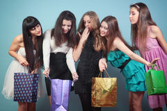 Grupa rozochocona dziewczyna z zakupami. Zdjęcia Royalty Free