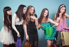 Grupa rozochocona dziewczyna z zakupami. Fotografia Royalty Free