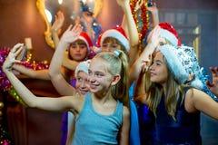 Grupa rozochocone młode dziewczyny świętuje boże narodzenia Selfie Obrazy Royalty Free