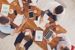 Grupa ruchliwie ludzie biznesu pracuje w biurze, odgórny widok zdjęcie stock
