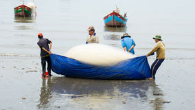 Grupa rybaka ciągnienia ryba sieć Obraz Stock