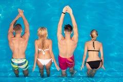 Grupa Seksowni modele w swimwear Szcz??liwi przyjaciele na najlepszy pla?ach w ?wiacie Młodzi ludzie aktywnego czasu wolnego - pł fotografia stock