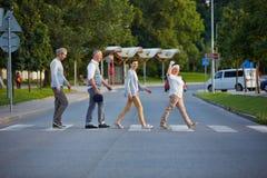 Grupa seniory chodzi nad crosswalk Zdjęcia Royalty Free