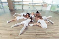 Grupa siedem małych balerin siedzi na podłoga Są Zdjęcie Royalty Free