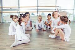Grupa siedem małych balerin siedzi na podłoga Są Obraz Stock