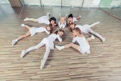 Grupa siedem małych balerin siedzi na podłoga Są Zdjęcia Royalty Free