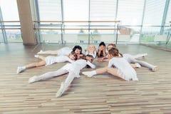 Grupa siedem małych balerin siedzi na podłoga Są Obrazy Royalty Free