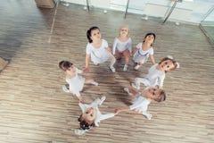 Grupa siedem małych balerin siedzi na podłoga Są Fotografia Royalty Free