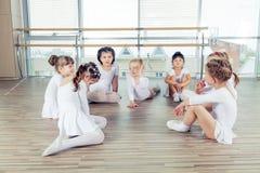 Grupa siedem małych balerin siedzi na podłoga Są Obraz Royalty Free