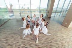 Grupa siedem małych balerin siedzi na podłoga Są dobrym przyjacielem i zadziwiającymi tanów wykonawcami Zdjęcia Stock