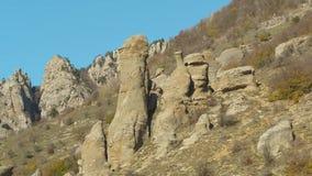 Grupa skały w górach Azja strzał Piękny krajobraz i jasny niebieskie niebo zbiory wideo