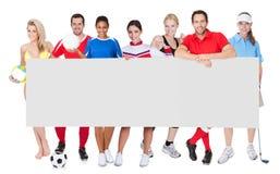 Grupa sportów ludzie przedstawia pustego sztandar obrazy stock