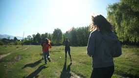 Grupa sportów młodzi ludzie wykonuje plenerowych sporty wśród zielonej natury w górach zbiory wideo