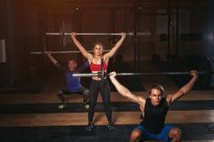 Grupa sporty dorosli ćwiczy z barbells Zdjęcie Stock