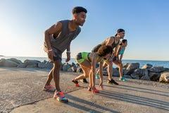 Grupa sporty ludzie dostaje przygotowywający biegać maraton Zdjęcie Stock