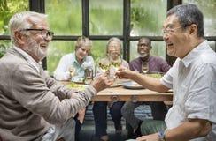 Grupa Starszy emerytura spotkanie w górę szczęścia pojęcia zdjęcie royalty free