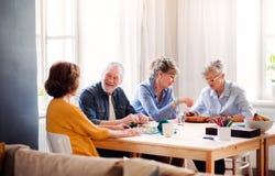 Grupa starszy ludzie bawić się gry planszowe w domu kulturego klubie zdjęcie royalty free