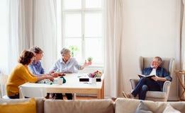 Grupa starszy ludzie bawi? si? gry planszowe w domu kulturego klubie fotografia stock