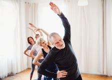 Grupa starszy ludzie robi ?wiczeniu w domu kulturego klubie fotografia royalty free