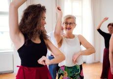 Grupa starszy ludzie w taniec klasie z tana nauczycielem zdjęcia stock