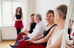 Grupa starszy ludzie w taniec klasie z tana nauczycielem zdjęcie royalty free